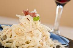 kräm- skinkaspagetti arkivfoto