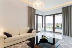 Kräm- soffa i ljus inre fotografering för bildbyråer