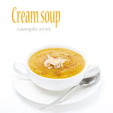 Kräm- soppa av gula linser i en vit bunke som isoleras royaltyfria foton