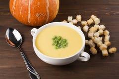 Kräm- soppa av pumpa med kryddor, med kräm, krutonger och ärtor Arkivfoton