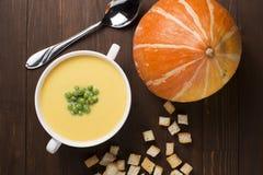 Kräm- soppa av pumpa med kryddor, med kräm, krutonger och ärtor Royaltyfri Fotografi