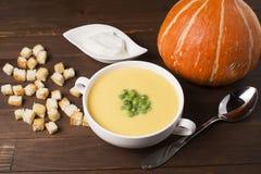 Kräm- soppa av pumpa med kryddor, med kräm, krutonger och ärtor Royaltyfria Foton