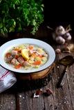 Kräm- soppa för finska med laxen, potatisar och morötter i en gammal tappningplatta på en träbakgrund Lantlig mat, lantlig stil arkivfoto