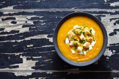 Kräm- soppa för grönsak med moroten och pumpa Bästa sikt på en mörk idérik bakgrund banta sunt mål arkivfoto