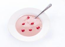 Kräm- soppa för körsbär på vit Arkivfoton
