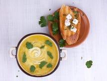 Kräm- soppa för palsternacka på en vit träbakgrund Royaltyfri Fotografi