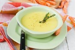 Kräm- soppa för potatis och för vitlök med brödpinnar Fotografering för Bildbyråer