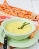 Kräm- soppa för potatis och för vitlök med brödpinnar Royaltyfri Fotografi