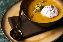 Kräm- soppa för pumpa med kräm- och pumpafrö Royaltyfria Foton