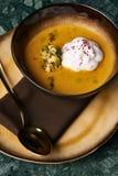 Kräm- soppa för pumpa med kräm- och pumpafrö Arkivbild