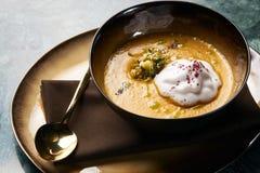 Kräm- soppa för pumpa med kräm- och pumpafrö Royaltyfri Foto