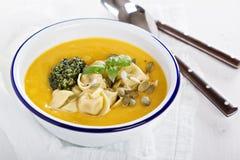Kräm- soppa för pumpa med osttortellinien Fotografering för Bildbyråer