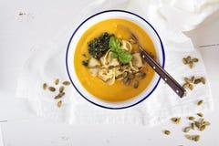 Kräm- soppa för pumpa med osttortellinien Arkivbild