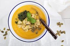 Kräm- soppa för pumpa med osttortellinien Arkivbilder