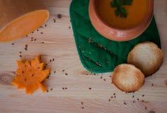Kräm- soppa för vegetarian från en pumpa med rostade bröd Arkivbild