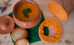 Kräm- soppa för vegetarian från en pumpa med rostade bröd Arkivfoton