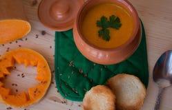 Kräm- soppa för vegetarian från en pumpa med rostade bröd Fotografering för Bildbyråer