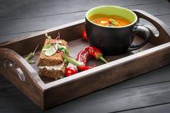 Kräm-soppa från tomater och bakad peppar, med ettkorn bröd med rökt suluguni royaltyfria bilder