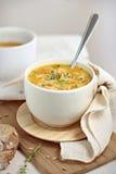 Kräm- soppa på skärbräda Arkivfoto