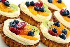Kräm- tårtor och frukt. Fotografering för Bildbyråer