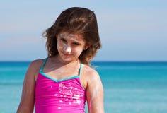 kräm- tropisk flickasun för strand royaltyfri bild