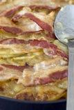 Krämig bacon och potatisen bakar Arkivfoto