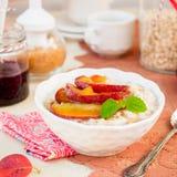 Krämig havrehavregröt med Honey Apples royaltyfri bild