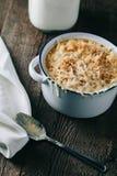 Krämig mac och ost med på en lantlig bakgrund Fotografering för Bildbyråer