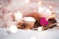 Krämig muffin över ljus på bakgrund Royaltyfria Foton