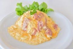 Krämig omelett med bacon på ris Arkivbilder