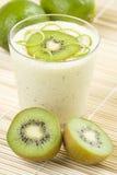 krämig refreshment för kiwilimefruktmilkshake royaltyfria bilder