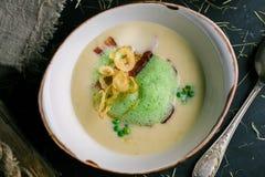 Krämig soppa med bacon och gröna ärtor från kocken royaltyfria bilder
