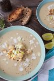 Krämig soppa med den grillade blomkålen Royaltyfria Foton