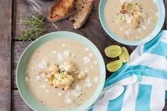 Krämig soppa med den grillade blomkålen Royaltyfri Bild