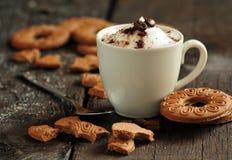 Krämigt kaffe och kakor fotografering för bildbyråer