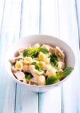 Krämigt pastaskal med höna Royaltyfria Bilder