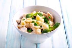 Krämigt pastaskal med höna Fotografering för Bildbyråer