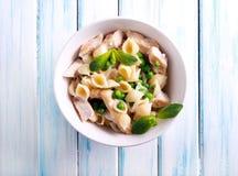 Krämigt pastaskal med höna och ärtan Royaltyfria Bilder