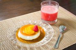 Krämkaramell med hallonfruktsaft Royaltyfria Bilder