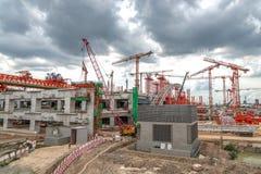 Kräne auf Baustelle, Schnellstraße in Asien Stockbild