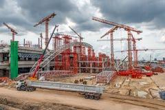 Kräne auf Baustelle, Schnellstraße in Asien Stockfotografie