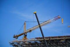 Kräne auf einer Baustelle Stockfotos