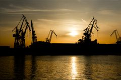 Kräne bei Sonnenuntergang im Hafen von Pula in Kroatien lizenzfreie stockfotos