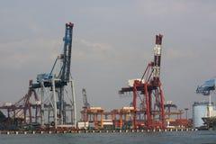 Kräne an den Docks stockbilder