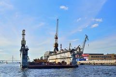 Kräne an den Werften sonnigen Tages Interesse Almaz Stockfoto