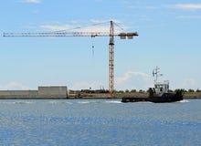 Kräne in der Baustelle durch das Meer für den Bau von a Stockbild