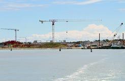 Kräne in der Baustelle durch das Meer für den Bau von a Stockbilder