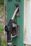 Kräne der Benzinstation mit Typen des Benzins Stockbild