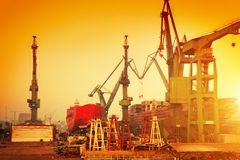 Kräne in der historischen Werft in Gdansk, Polen Stockbilder