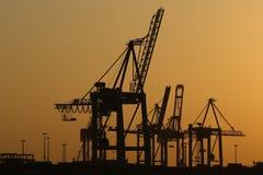 Kräne der Werft im Abendlicht Lizenzfreie Stockfotografie